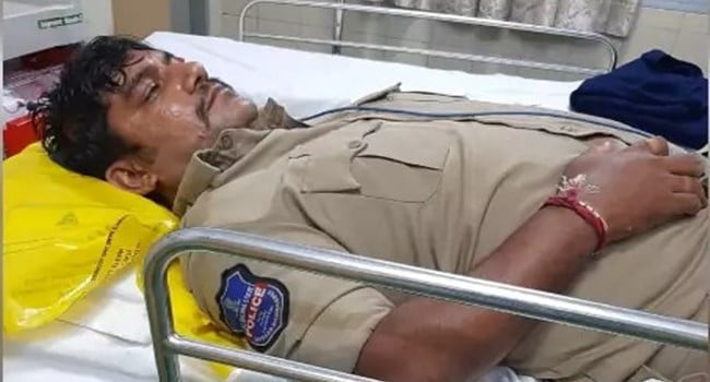 Youngsters attack police constable at Chandrayanagutta of Hyderabad