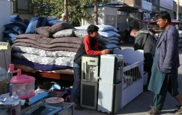 people-sell-household-items